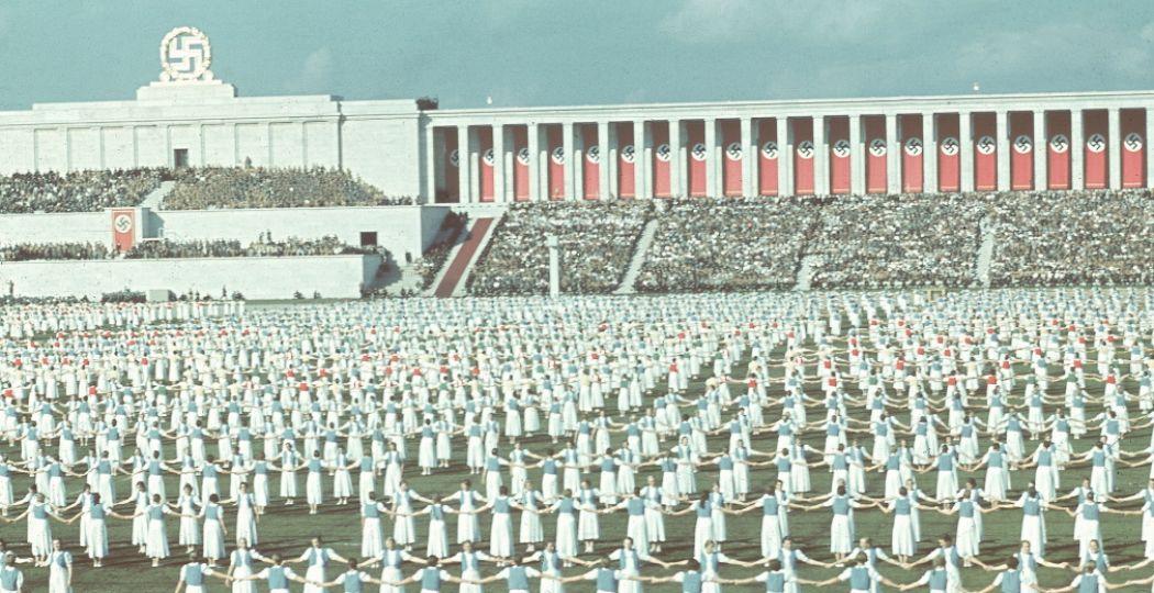 De Bund Deutscher Maedel danst tijdens de Reichsparteitag 1938. Foto: Hugo Jaeger / Getty Images.