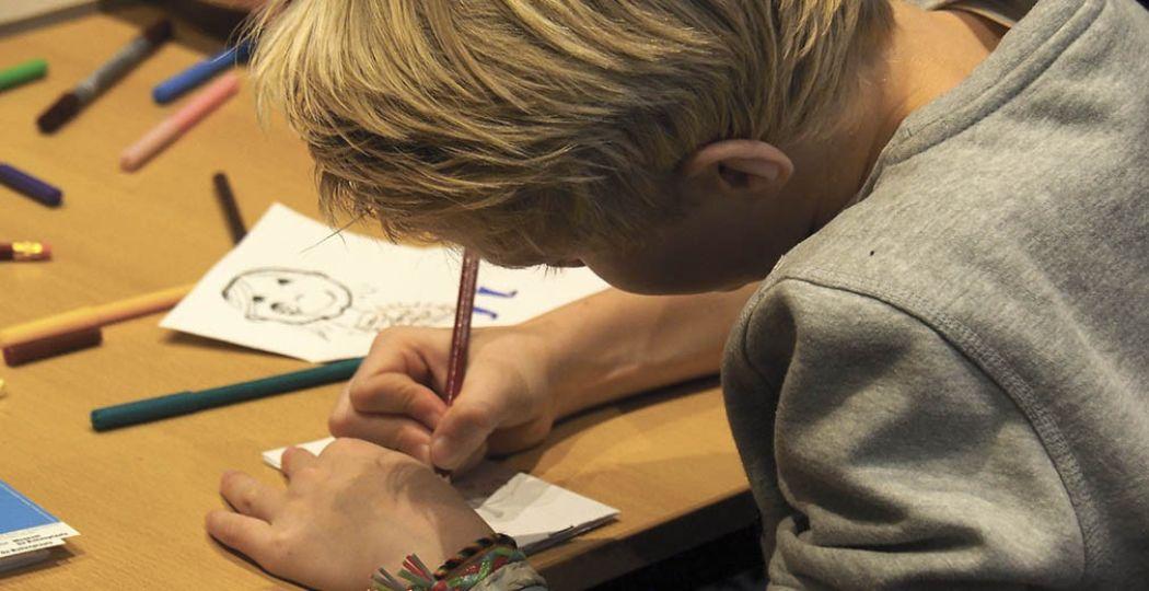 Een kunstenaar in spe aan het werk tijdens The Big Draw. Foto: Museum De Buitenplaats, Kim van Steenwijk.