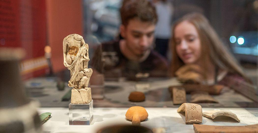 Beleef de Nationale Romeinenweek thuis. Doe mee met de online activiteiten, luister naar verhalen, bekijk video's en bezoek virtueel exposities. Foto: RomeinenNU © Thermenmuseum