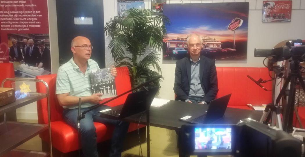 Directeur en presentator Hans Stuijfbergen met zijn rechterhand en co-host Wim van de Water in de studio in Museum van de 20e Eeuw. Foto: Museum van de 20e Eeuw.