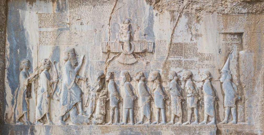 Overwinningsreliëf van koning Darius I, ca. 520 v. Chr., Bisotun. Foto: Drents Museum © Hans Avontuur