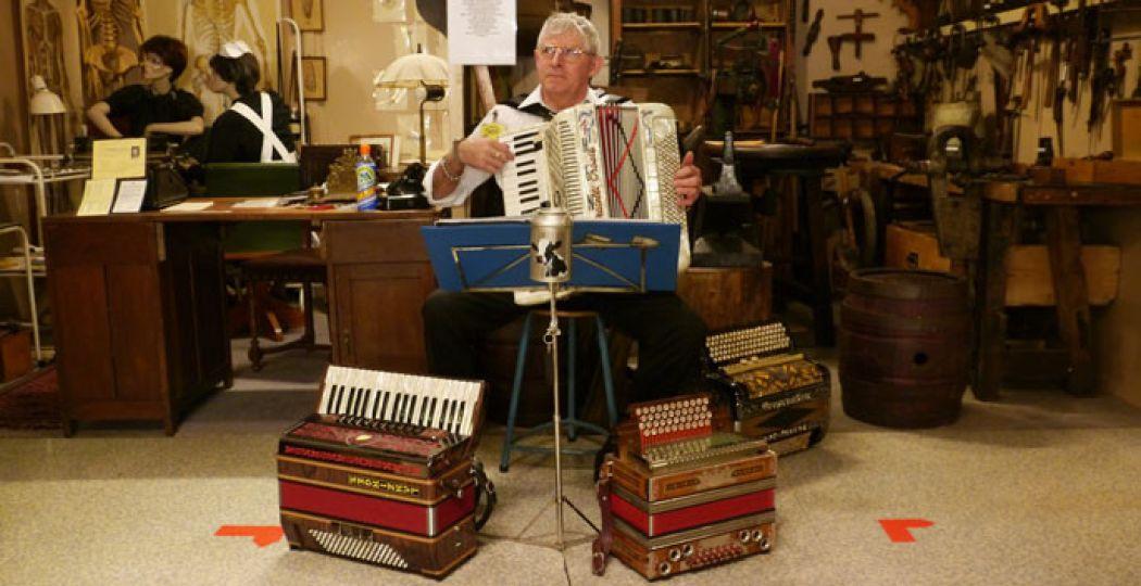 Heb jij een verzoeknummer voor deze meneer? Zijn accordeon brengt de sfeer er goed in!