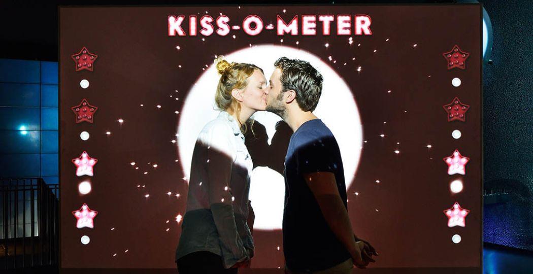 Zoenen doe je nooit met z'n tweeën! Test bij de Kiss-O-Meter hoeveel microben er meedoen. Foto: Micropia © Maarten van der Wal.
