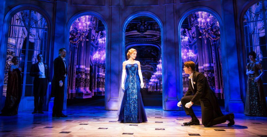 De musical Anastasia vertelt het verhaal van weeskind Anya. Ze ontdekt dat ze misschien de dochter van de vermoorde Romanovs is. Maar ís dat echt zo? Foto: Stage Entertainment, ANASTASIA Broadway © Matthew Murphy.