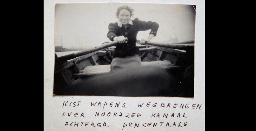 Truus Oversteegen roeit een kist met wapens het Noordzeekanaal over, circa 1943. Foto: Museum Haarlem