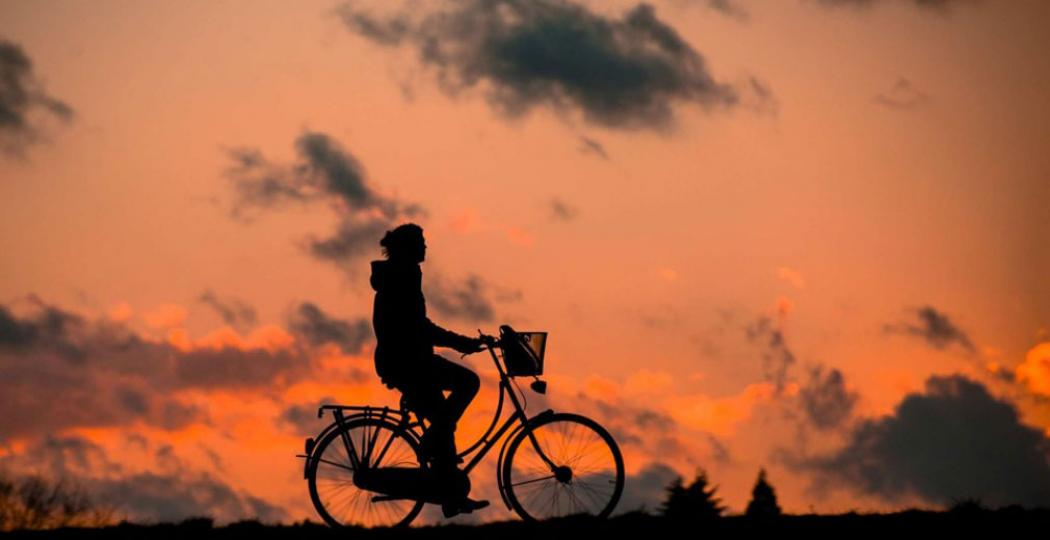 Fiets over heidevelden en geniet van de zonsondergang. Foto: © Happen en Trappen.
