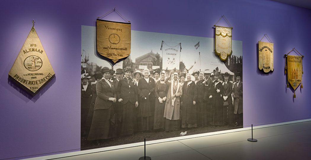 Enkele van de vrouwen die voor het vrouwenkiesrecht streden. Nu levensgroot te zien in het Groninger Museum in een speciale expositie. Foto: Groninger Museum / Marten de Leeuw