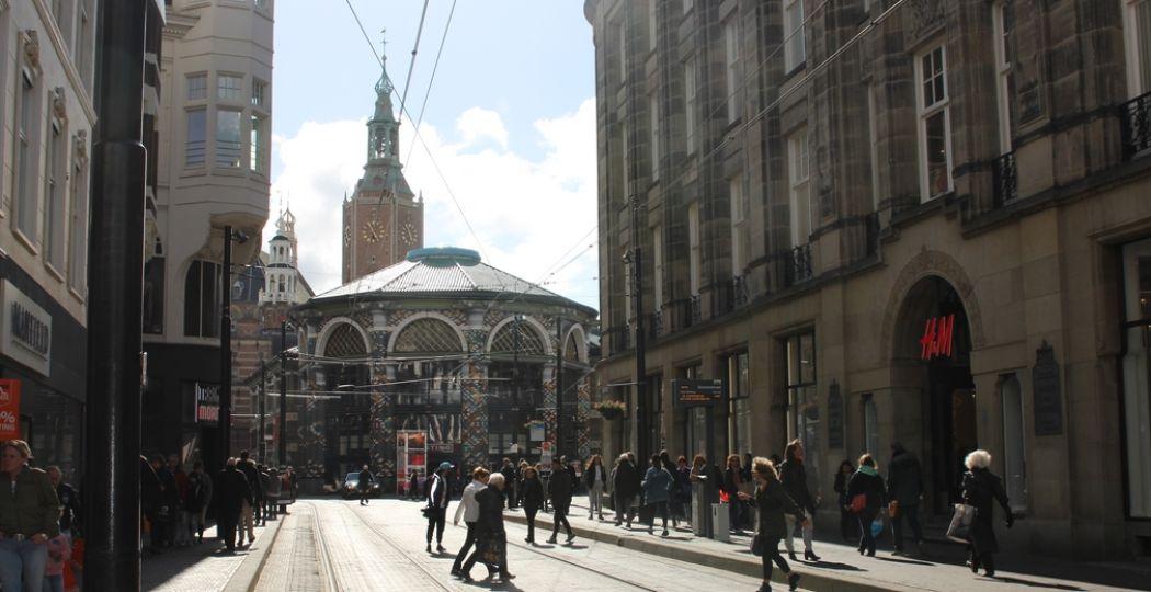 Vanuit de Gravenstraat zie je de torens van de Grote Kerk al opdoemen, een van de oudste bezienswaardigheden in Den Haag. Foto: DagjeWeg.NL