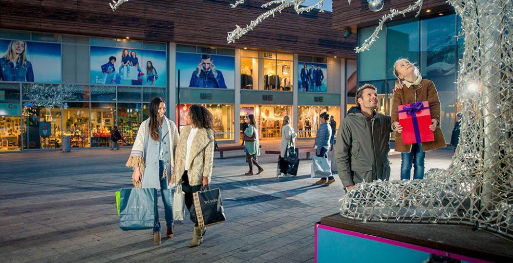 Vier de kerstvakantie in Almere. Kom feestshoppen, trotseer de schaatsbaan en bezoek musea. Foto: Almere City Marketing © Eljee Bergwerff Photography.