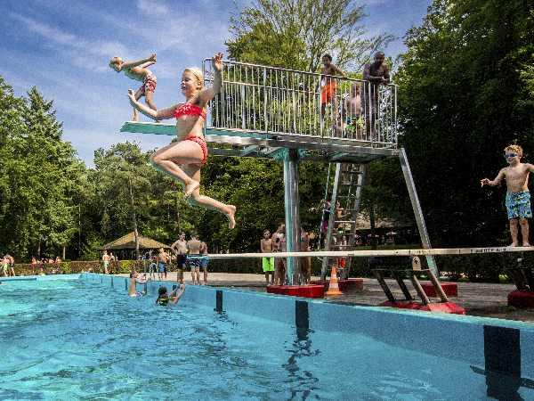 Spring van de duikplank! Foto: Openluchtbad Boschbad © Rob Voss