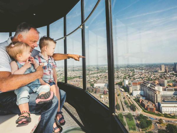Een spectaculair uitzicht over Rotterdam. Foto: De Euromast © Mark Bolk