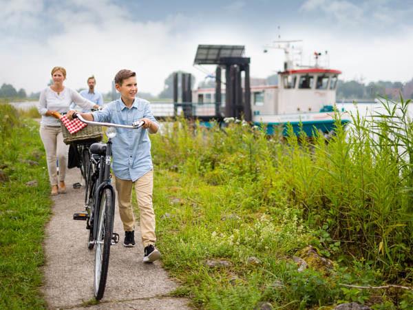 De fiets mag mee op de veerpont.