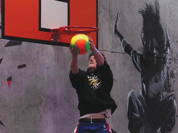 Basketballen in het trampolinepark. Foto: LOL Aalsmeer.