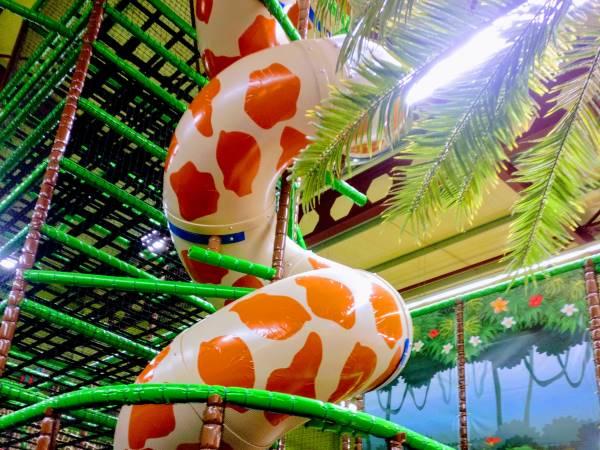 Is het een giraffe of glijbaan? Foto: Monkey Town Heerlen