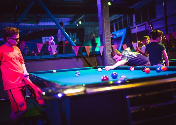 Speel tussendoor een potje pool. Foto: Fun Center Amstelveen.