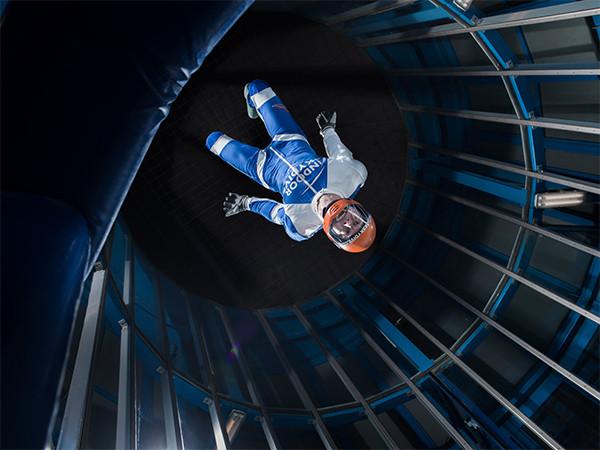 Een instructeur legt uit hoe het moet. Foto: Indoor Skydive Roosendaal.