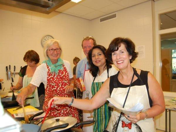 Samen koken verbindt. Foto: Indiase Kookcursus.
