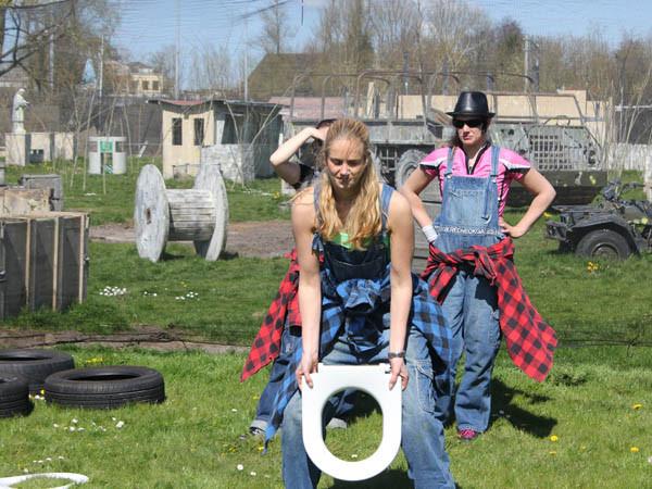 WC-bril werpen bij de Redneck Games.