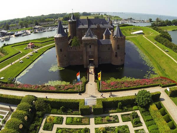 Verken de kasteeltuinen.