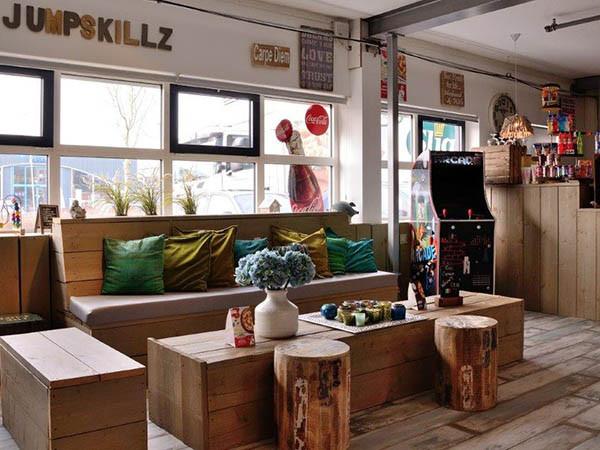 Lekker eten en drinken in de lounge. Foto: © JumpSkillz Hoofddorp.