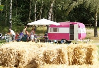 High tea in een roze caravan