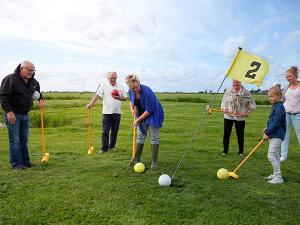 Heel veel activiteiten voor jong en oud, zoals klompengolf. Foto: Boerderij De Boerinn.