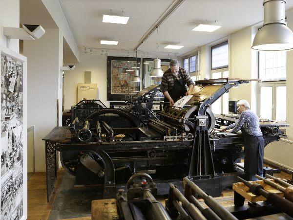 De drukpers is enorm! Foto: Nederlands Steendrukmuseum