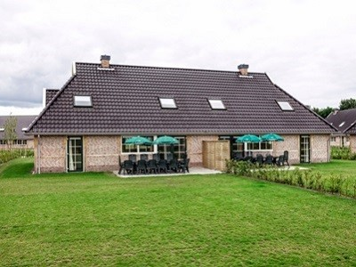 Het park heeft grote bungalows voor groepen.