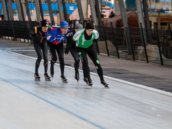 Snelheid maken op de 400-meterbaan. Foto: Kunstijsbaan De Scheg.