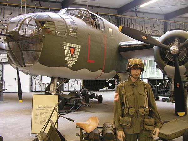 Bekijk voertuigen, uniformen en meer uit de oorlog. Foto: Oorlogsmuseum Overloon.