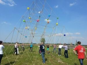 Bouw een piramide van bamboe.