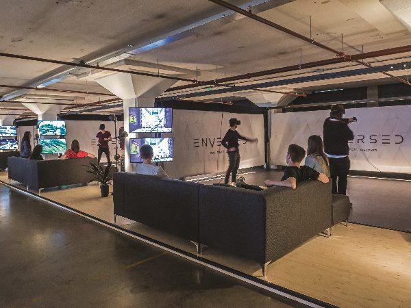 Je teamgenoten kijken mee op een scherm. Foto: Enversed