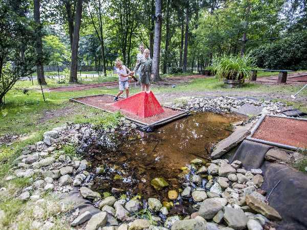 Speel midgetgolf tussen de bossen. Foto: Openluchtbad Boschbad © Rob Voss