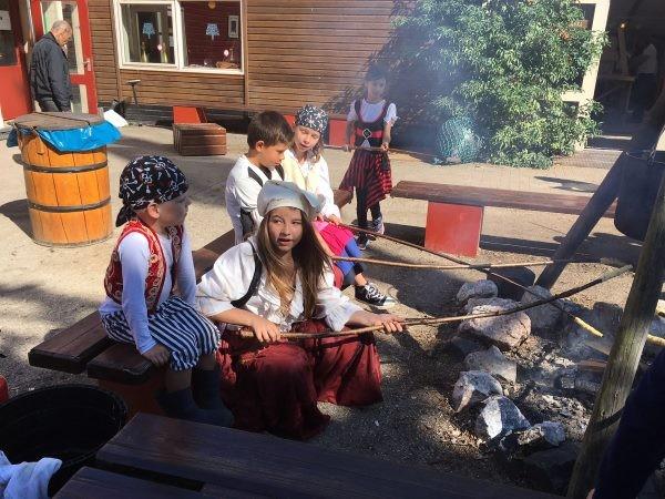 Echte piraten bakken hun eigen brood gewoon boven een vuurtje. Foto: Batavialand