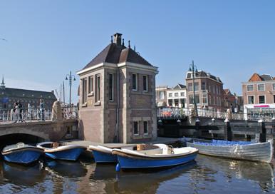 De schipper vertelt verhalen over Leiden.