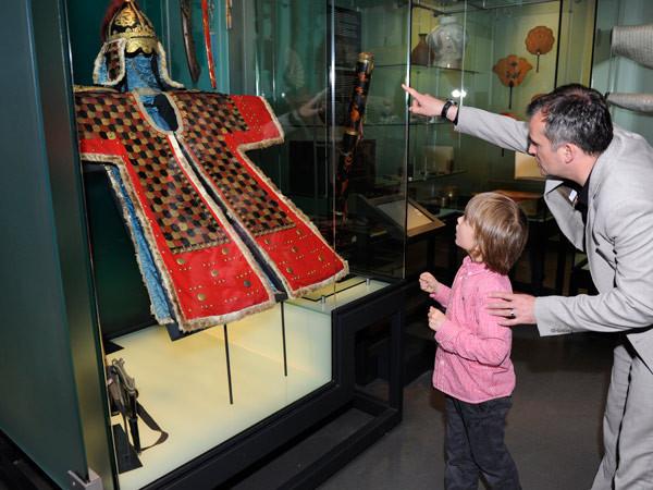Bewonder voorwerpen uit Japan en Korea. Foto: Museum Volkenkunde.