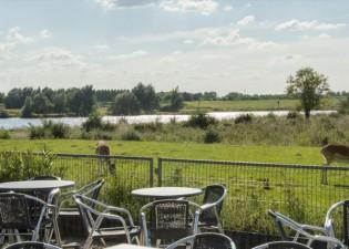 Het terras met een prachtig uitzicht. Foto: Panorama Restaurant De Blaauwe Kamer.