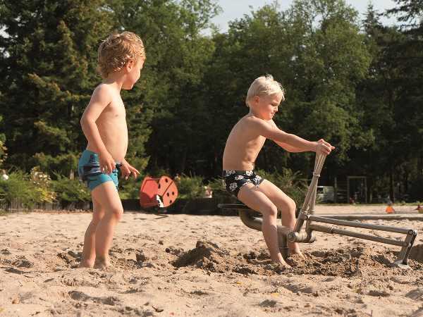 Lekker spelen in het zand. Foto: Openluchtbad Boschbad © Rob Voss
