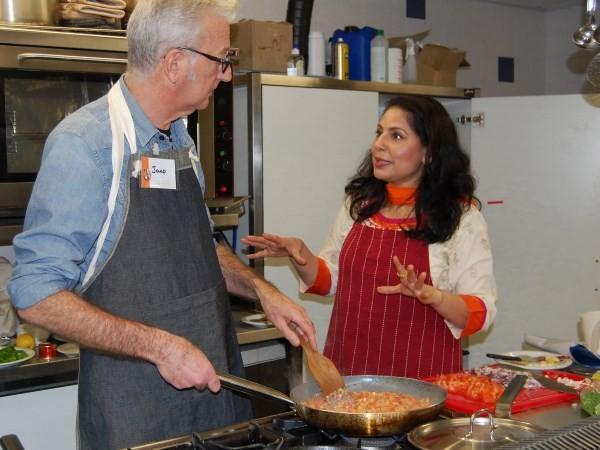 Chefkok Meenu legt alles geduldig uit. Foto: Indiase Kookcursus.
