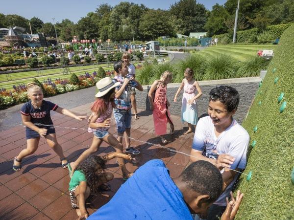 Steek je vinger in de dijk! Foto: Madurodam