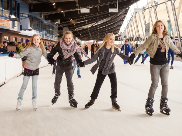 Met vriendinnen op de schaats. Foto: Kunstijsbaan De Scheg.