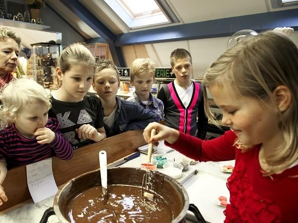 Aan de slag met heel veel gesmolten chocolade. Foto: De Oude Bakkerij
