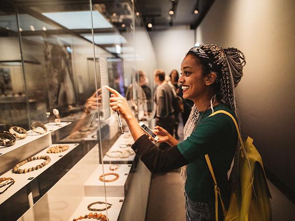 Bekijk bijzondere exotische sieraden. Foto: Museum Volkenkunde © Kirsten van Santen.