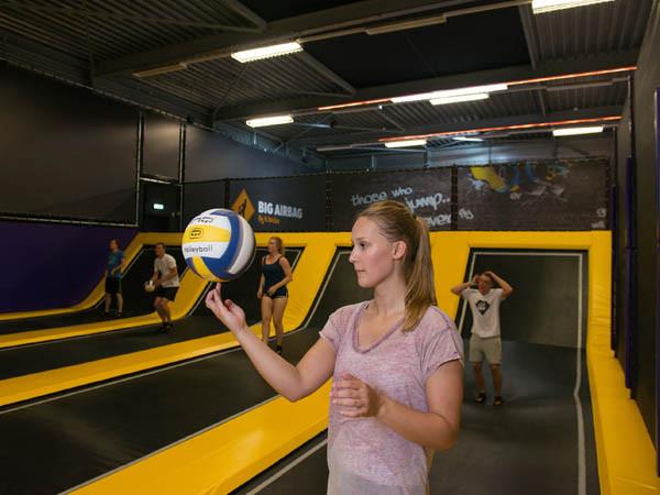 Speel een potje dodgeball.