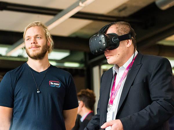 De VR-bril neemt je mee op reis.
