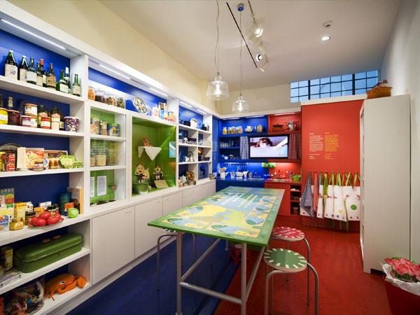 Bak een challe in de keuken. Foto: Joods Historisch Kindermuseum.